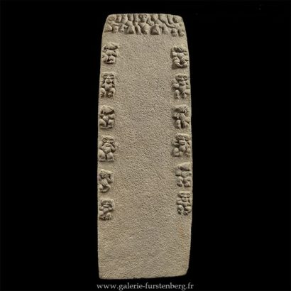 Stèle monumentale en pierre